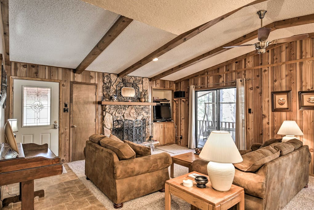 Boasting a flat-screen cable TV, wood-burning fireplace, and space for 6, this home is perfect for those who need a break from the rat race.