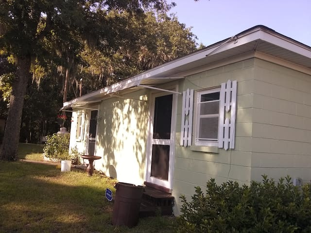 Quiet Winter Getaway Cottage  near the Savannah R.