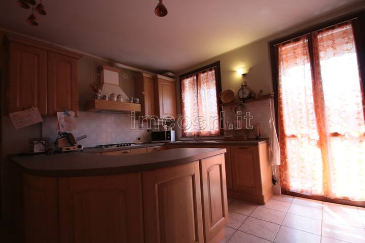 nel rustico condividi spazi comuni, camera privata - Misinto - Huis