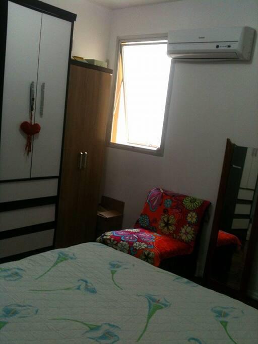 quarto com cama de casal e ar condicionado