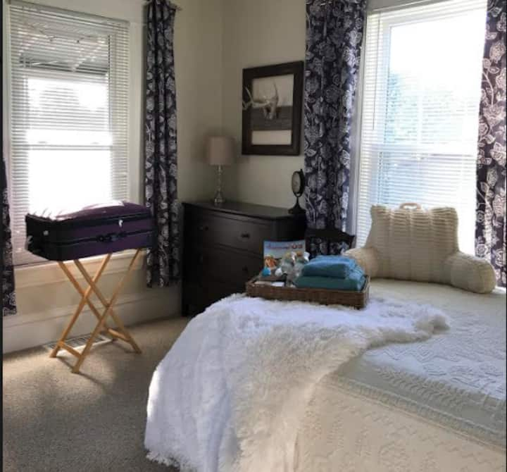 Private Room Queen Bed near EAA Oshkosh
