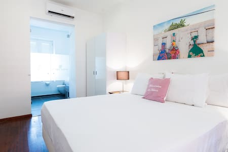 Colorful Room with King Size Bed, A/C and Pool - Willemstad