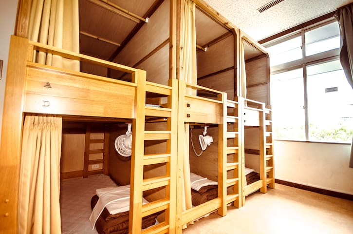 Mixed/Female dorm rooms are with bath room and toilet. Air-con is working for 24 hours. 男女共用/女性専用ドミトリーは室内にシャワーとトイレも完備。もちろんエアコンも。