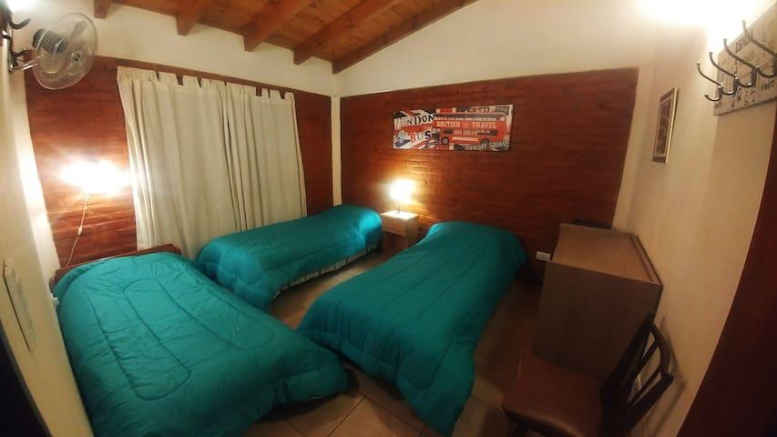 Foto de habitación con 3 camas simples