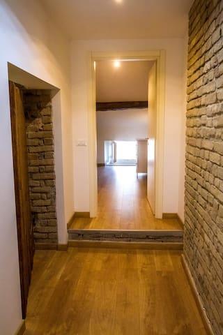 Ampia mansarda privata con bagno personale - Fiorenzuola d'Arda - Huis