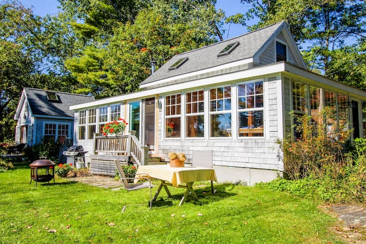 Charming bayview cottage with wood stove, deck, garden, 200 feet from the water!