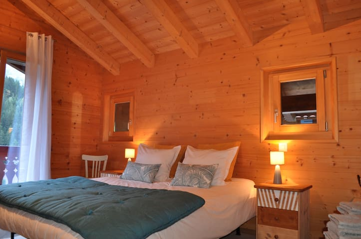 Cosy bedroom in a private chalet - Champéry - Hytte (i sveitsisk stil)