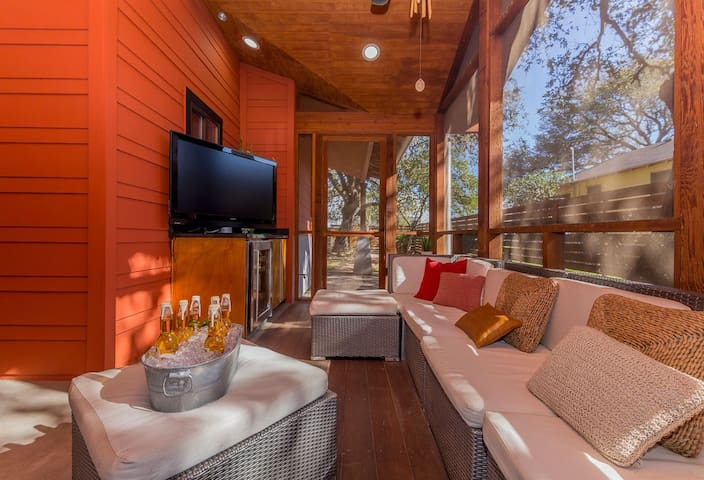 "South Congress Custom House - Social Distance! ""Keep Austin Weird"" Retreat with Backyard Oasis in SoCo"