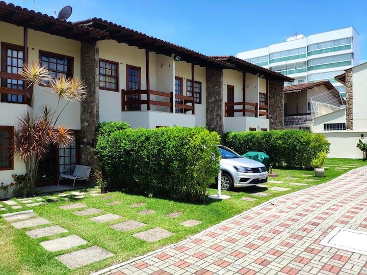 Casa mobiliada em condomínio na Enseada Azul