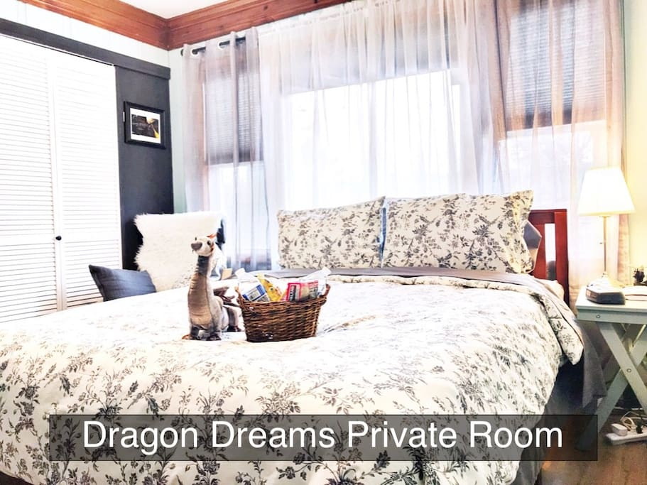 Dragon Dreams Upstairs room w/queen bed