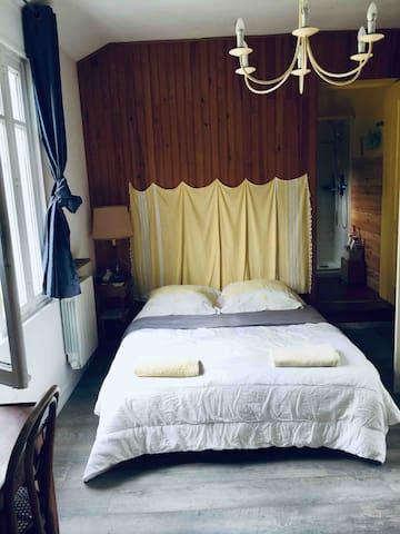 Chambre de devant  un lit classique en 140 cm de large armoire et bureau avec chaise - linge à amener ou à louer pour chambre cuisine et salle de bain  10€ par personne