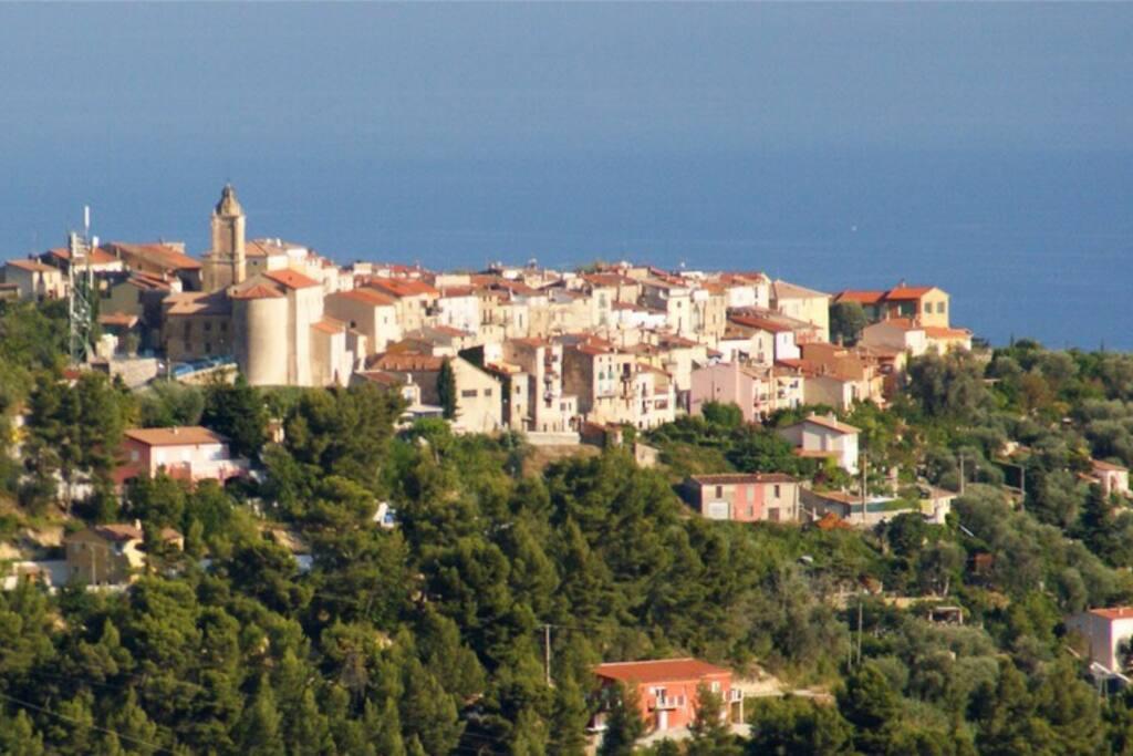 Village de Castellar à 800 mètres.