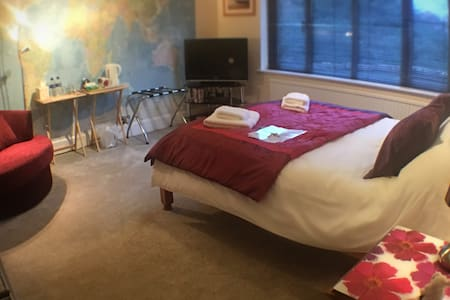 A comfortable large double room with own shower - Burghclere