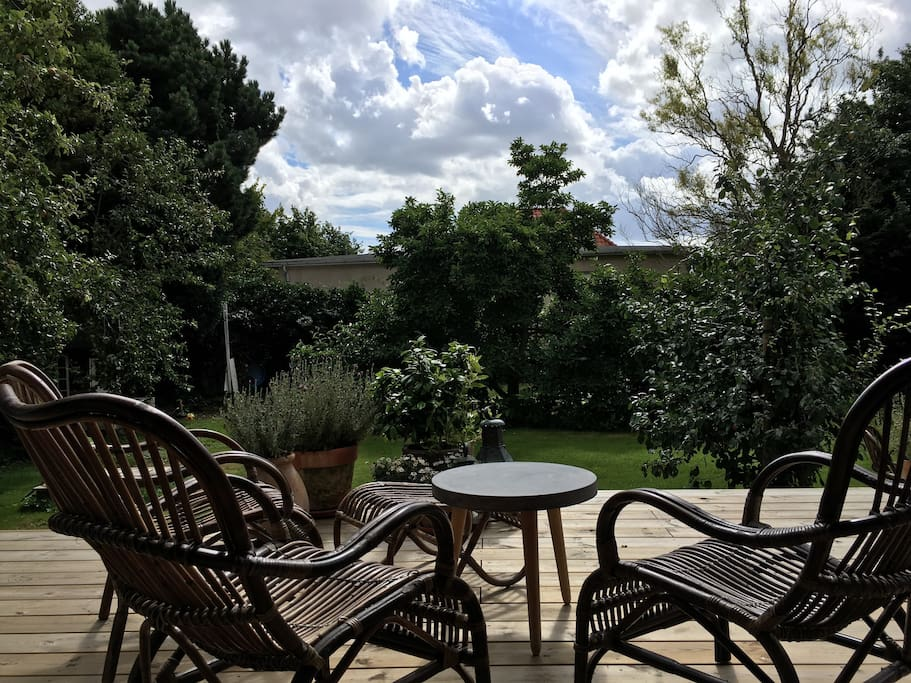 On the terrace you enjoy the garden and the sun all day.
