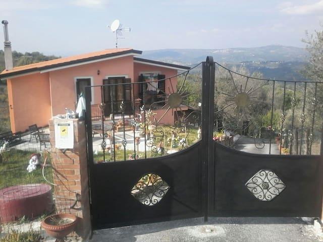 Casa etnica sulla collina