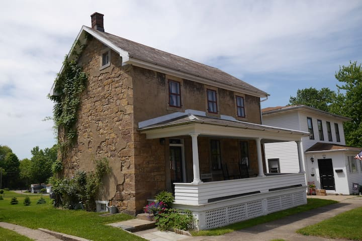 Trailside Living in 1846 Stone House Charm - Navarre - Hus
