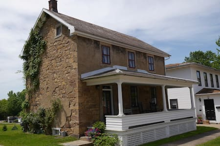 Trailside Living in 1846 Stone House Charm - Hus