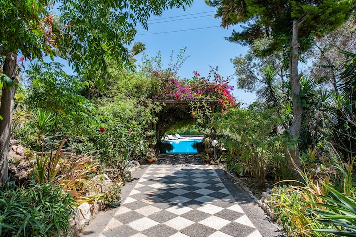 Villa Bloom - Beautiful garden home for 8 & Pool
