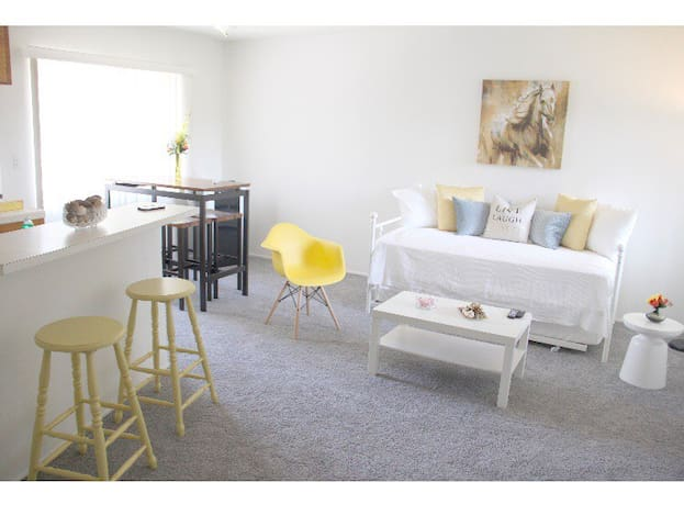 COMFY WELL LIT 1 BEDROOM IN THE WESTSIDE