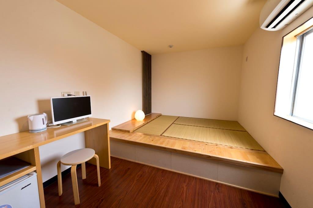 畳ベッドは、旅先で疲れた身体と心を癒してくれます。特に海外からのお客様にすごく喜ばれるポイントです。 Japanese style Tatami bed will makes you very relax.