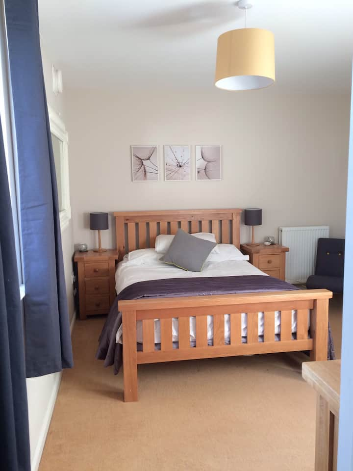 Ensuite double room with free parking & breakfast