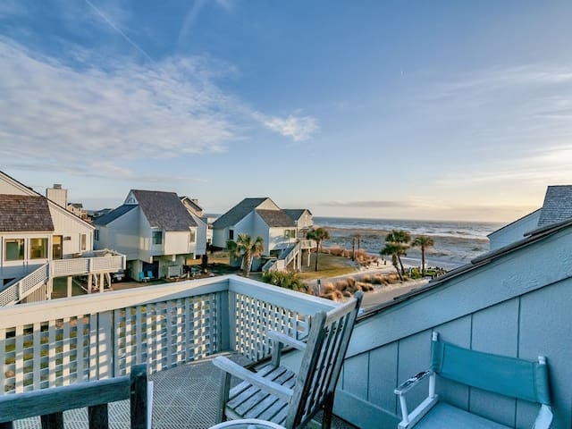 Beautiful Ocean views, 2 golf carts, close to BHI club