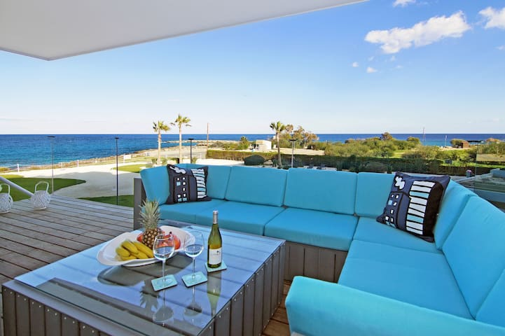 Dion- luxury 3 bedroom sea front apartment
