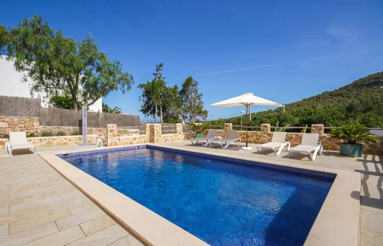 Comfortable summer house with pool, BBQ, 150 m from the supermarket, 1.5 km from Cala Vadella beach