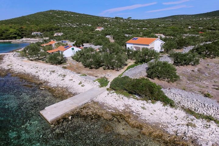Two Bedroom Remote cottage, beachfront in Tkon - island Pasman