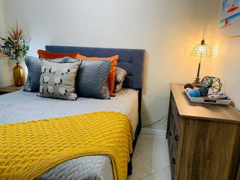 Relaxing, modern condo close to Waikiki amenities