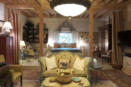 Elegant Library Suite/Chinaberry Historic Barn
