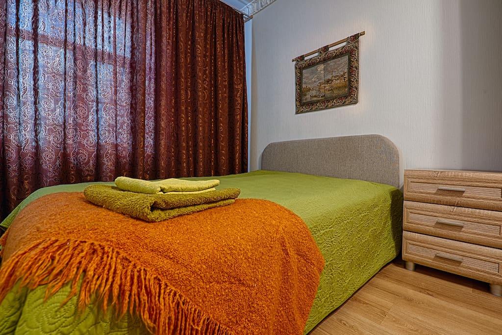 Большая двуспальная удобная кровать