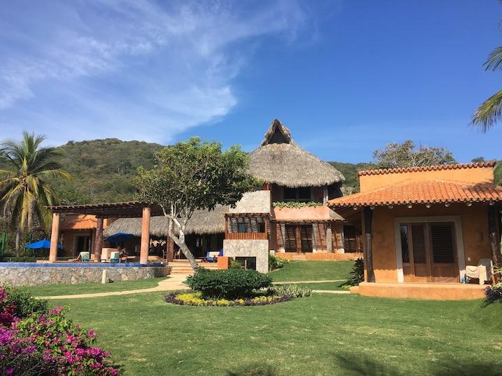 Casa Joya del Mar: Luxurious Beachfront Villa