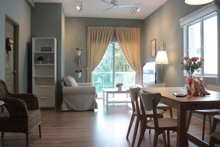 Cozy Suite 1 with Free WIFI & Gated Parking