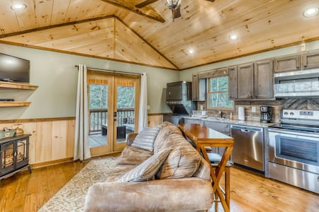 Romantic, dog-friendly house w/ private hot tub & large yard - near Blue Ridge