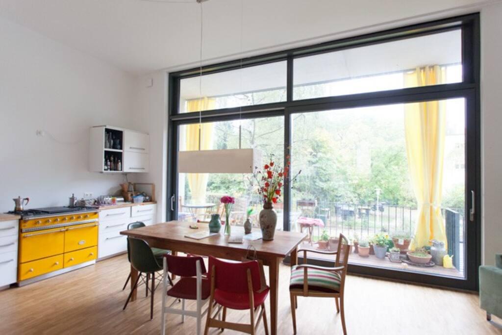 Wohnküche mit Blick ins Grüne Foto by Felix Oberhage