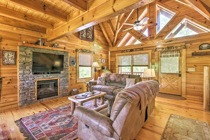 Smoky Mtn Family Cabin w/ Mtn-View Grill & Hot Tub