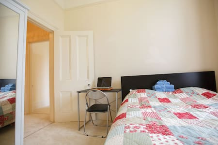 Airy double-room in Hove. - Apartamento