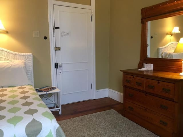 Cozy & charming room in historic Chalfonte Hotel - Cape May - Hotel boutique