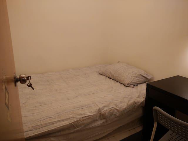 No-Frills Private Room in Austin, Jordan