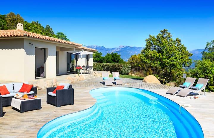 Villa au calme avec piscine et vue sur la mer