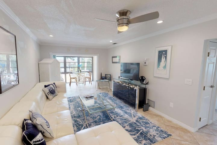 Beautifully renovated cozy bay front condo with pool, grill,  and private beach access. Paradise!