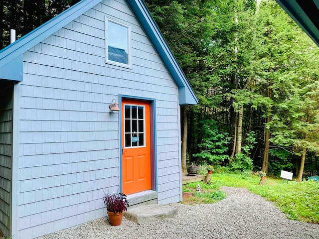 Hemlock Tiny House - A Cozy, Fun Hideaway