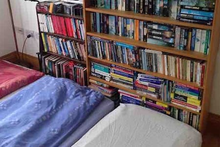 Sunny library: up to 3 floor mattresses + bedding