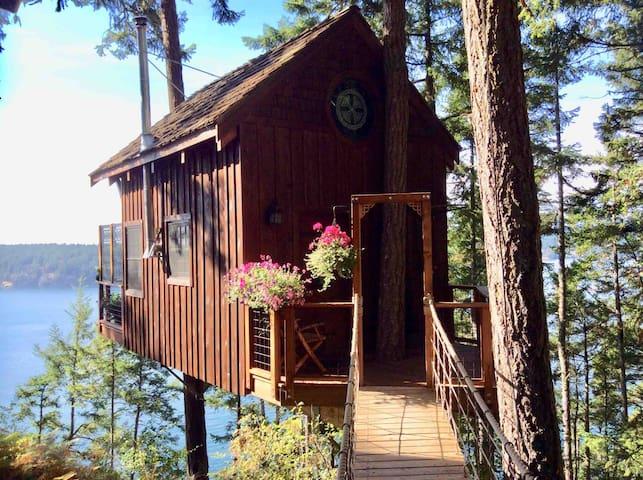 Hilltop Treehouse Retreat