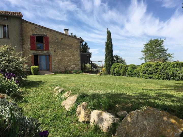 Maison en pierres avec piscine partagée