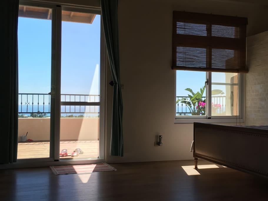 房間內就可以望見藍色的太平洋