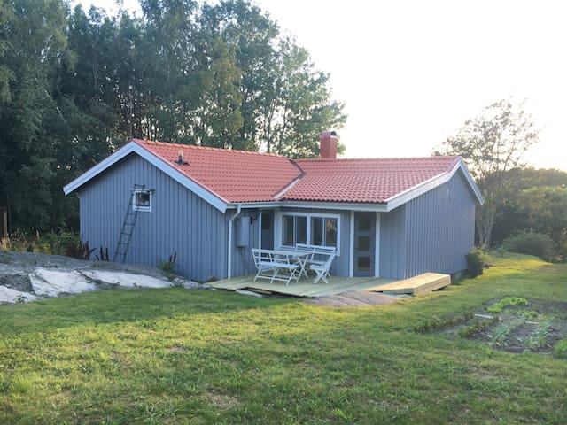 Mysig villa med egen trädgård, nära till havet! - FRILLESÅS - House