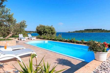 Beachside villa Serenity with pool EOS-CROATIA