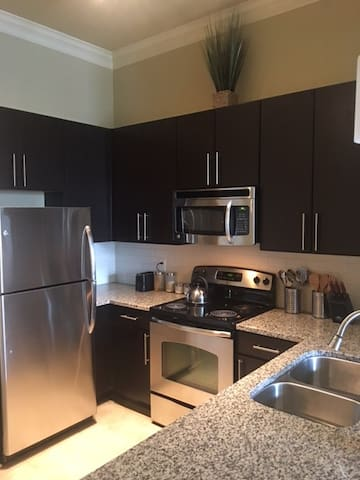 Luxury Condo Near Braves, Downtown, & I-75
